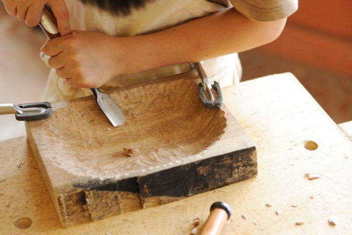 厚い板から器を掘り出す(7年生)