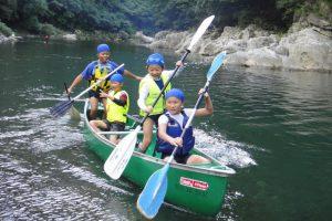 夏のキャンプでカヌー漕ぎ