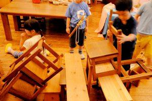 椅子なども使った自由遊び