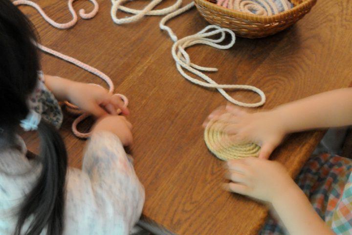 素朴な編み紐もおもちゃに