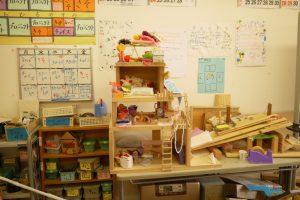 子ども達が作った作品や掲示物がたくさん