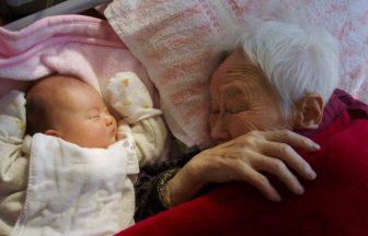 デイサービス利用のおばあちゃんと職員の赤ちゃん