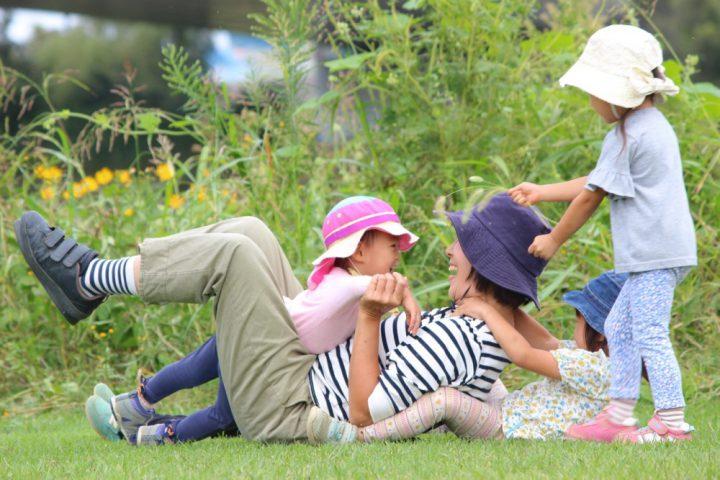 多摩川の自然の中での野外保育