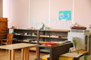 教具が整理されて並ぶ教室
