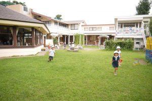 広々とした園舎と園庭
