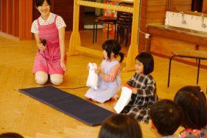 5才組の子が4才組の子に教える