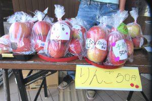 育てた野菜とりんごを販売