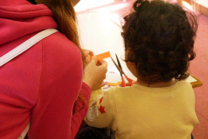 1歳でも本物のはさみを使う