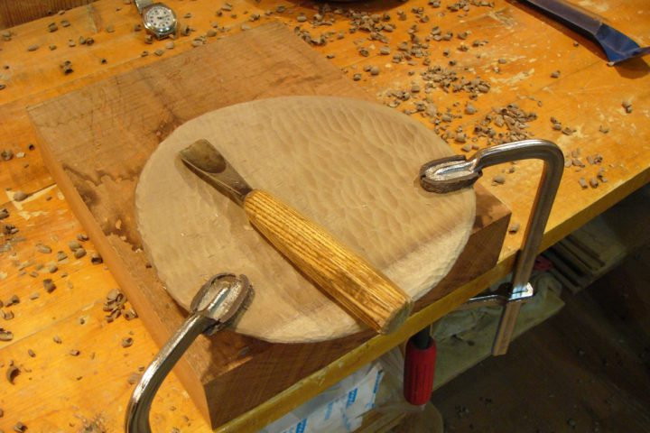 一枚板からノミと彫刻刀でお皿を彫り出す