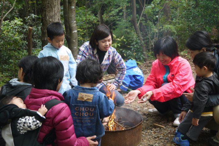 小枝を集めて火をつける