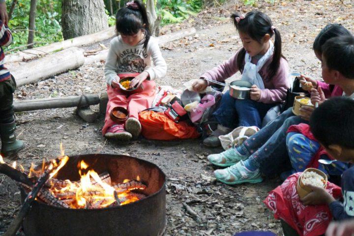 火を囲んでお弁当