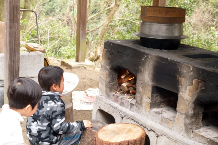 火でご飯を炊く