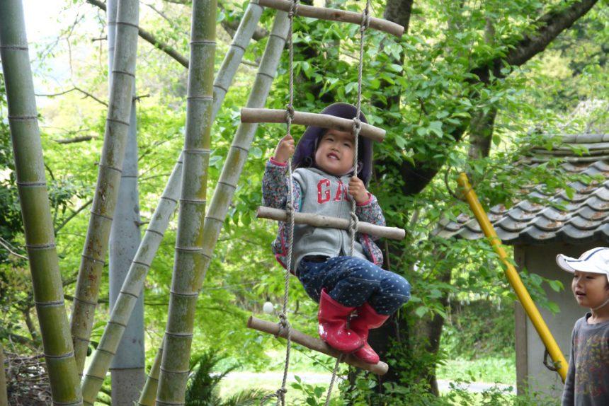 手作りのはしごを登る