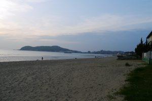 夏は海水浴で賑わう浜辺