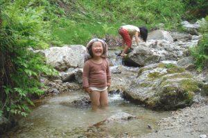 夏は川辺で水遊び