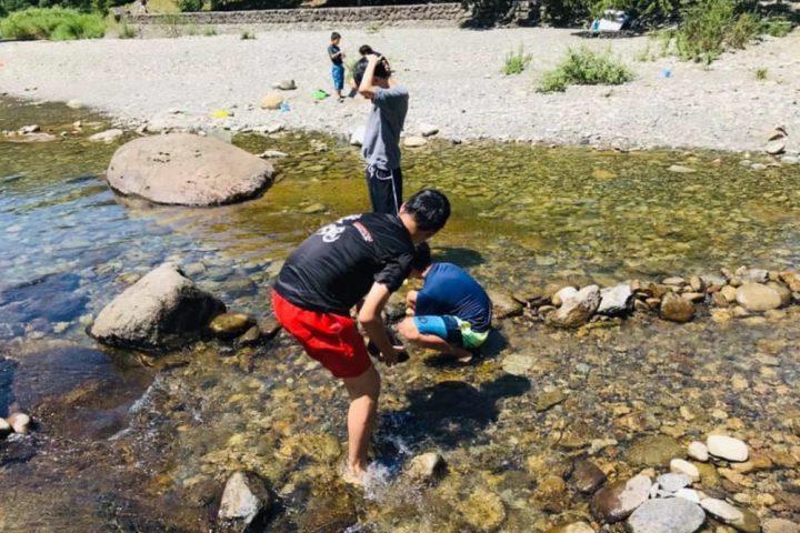 川辺で水遊び