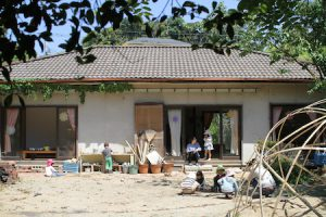 古い民家を保護者や保育スタッフが改装・維持