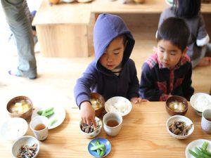 給食は無農薬野菜や分つき米、きちんとつくられた調味料で