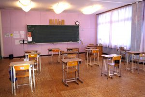 緑とのコントラストがきれいなオレンジ色の校舎